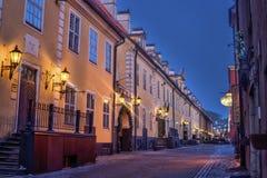 Riga, Letland, 2017 december: Verfraaide Kerstmisstraat van Oude Stad bij nacht Stock Afbeelding