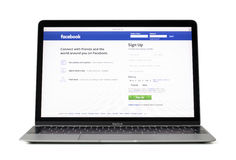 RIGA, LETLAND - Februari 06, 2017: Login tempo voor sociale media reus facebook Com op laptop van 12 duimmacbook computer Stock Fotografie