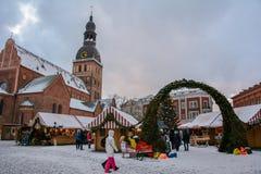 Riga, Letland - Januari 5, 2015: Kerstmismarkt op het belangrijkste vierkant in Riga stock afbeelding
