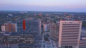 Riga, Letland 20 juli, 2018 Luchtzonsondergangmening over Riga stock videobeelden