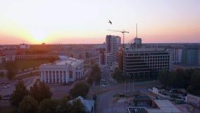 Riga, Letland 20 juli, 2018 Luchtzonsondergangmening over Riga stock video