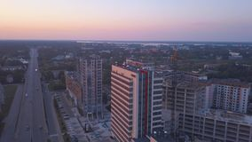 Riga, Letland 20 juli, 2018 Luchtzonsondergangmening over Riga stock footage