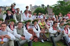 RIGA, LETLAND - JULI 06: Mensen in nationale kostuums in Latvi Royalty-vrije Stock Fotografie