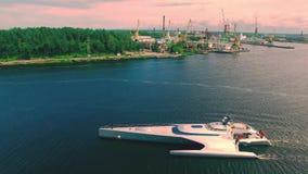 Riga, Letland - Juli 8, 2016: satellietbeeld van luxetrimaran die door Daugava rivier varen stock footage