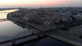 Riga, Letland - Juni 5, 2019: De het Hotelantenne van de Welltonrivieroever schoot in de stad van Riga - Europees kapitaal in Let stock video
