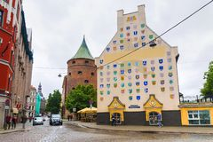 RIGA, 12 LETLAND-JUNI, 2017: De straten van de oude stad van Riga stock foto's