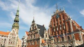 Riga - Letland, 17 JUNI, 2016: De Timelapsemening van het Oude de stadsgebied van Riga in bewolkte dag, Riga is hoofd en het groo stock videobeelden