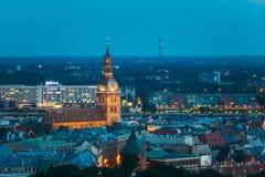 Riga, Letland Luchtmening van Cityscape in de Nacht L van de de Zomeravond Stock Fotografie