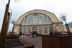 RIGA, LETLAND - MAART 16, 2019: Centrale de marktbuitenkant van Riga - Historisch industrieel zeppeling hangaarontwerp royalty-vrije stock fotografie