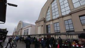 Riga, Letland - Maart 16, 2019: Centrale de marktbuitenkant van Riga - Vroegere zeppelinhangaars - Rigas Centraltirgus stock video