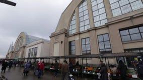 Riga, Letland - Maart 16, 2019: Centrale de marktbuitenkant van Riga - Vroegere zeppelinhangaars - Rigas Centraltirgus stock videobeelden