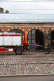 RIGA, LETLAND - MAART 16, 2019: De brandvrachtwagen is schoongemaakte - de brandbestrijdersvrachtwagen van Bestuurderswassen bij  royalty-vrije stock afbeelding