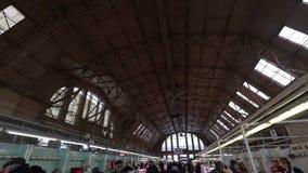 Riga, Letland - Maart 16, 2019: Plafond van het het marktvleespaviljoen van Riga het Centrale - Vroegere zeppelinhangaars - Rigas stock videobeelden