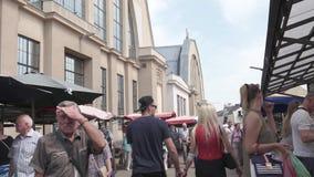 RIGA, LETLAND - MEI 21, 2019: Centrale tirgus van Marktcentralais vulde met toeristen en plaatselijke bewoners die het kopen voed stock footage