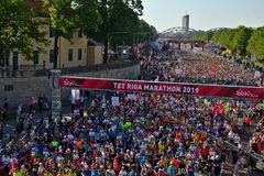 Riga, Letland - Mei 19 2019: De marathonagenten die van Riga TET van beginlijn lopen royalty-vrije stock fotografie