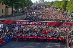 Riga, Letland - Mei 19 2019: Deelnemers die van de marathon van Riga TET bij de beginlijn een rij vormen royalty-vrije stock afbeeldingen