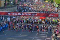 Riga, Letland - Mei 19 2019: Eliteagenten die van de marathon van Riga TET bij de beginlijn een rij vormen stock afbeelding