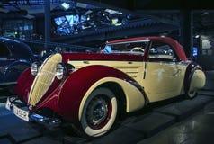 RIGA, LETLAND - OKTOBER 16: Retro auto van het van de sportcabrio van jaar 1939 STEYR 220 glaser de Motormuseum van Riga, 16 Okto Royalty-vrije Stock Foto's