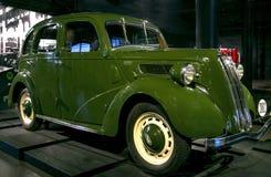 RIGA, LETLAND - OKTOBER 16: Retro auto van jaar 1938 Ford-VAIROGS ondergeschikte LUXEmodelis 10 de Motormuseum van Riga, 16 Oktob Stock Foto
