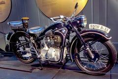 RIGA, LETLAND - OKTOBER 16: Retro motorfietsen van het de Motormuseum van jaar 1943 BMW R35 Riga, 16 Oktober, 2016 in Riga, Letla Stock Afbeeldingen