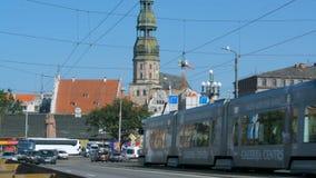 Riga, Letonia - agosto de 2018: Circulación densa en el puente en centro de ciudad de Riga en un día de verano suuny almacen de video