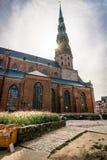 Riga, Letonia - agosto de 2018: Visión a través de la ciudad Hall Square en Riga El Latvian Ratslaukums del quare es uno de la ce imagen de archivo libre de regalías
