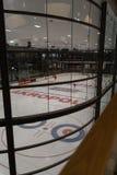 RIGA, LETONIA - 10 DE ABRIL DE 2019: La pista de patinaje de Akropole está abierta foto de archivo