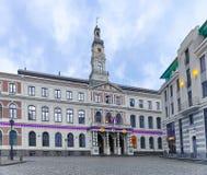 Riga, Letonia - 26 de diciembre de 2015: Ayuntamiento de Riga en el cuadrado de ayuntamiento de la Navidad Riga Fotografía de archivo libre de regalías