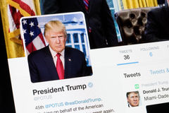 RIGA, LETONIA - 27 de enero de 2017: La cuenta oficial de Twitter del Presidente de los Estados Unidos POTUS foto de archivo