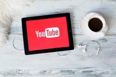 RIGA, LETONIA - 17 DE FEBRERO DE 2016: YouTube permite que los mil millones de gente descubran, que miren y que compartan los víd fotografía de archivo libre de regalías