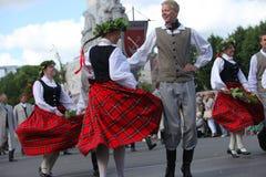 RIGA, LETONIA - 7 DE JULIO: Gente en trajes nacionales en el Latvi Imagenes de archivo