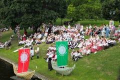 RIGA, LETONIA - 6 DE JULIO: Gente en trajes nacionales en el Latvi Fotografía de archivo libre de regalías