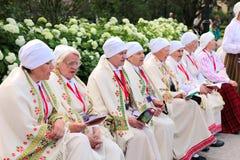 RIGA, LETONIA - 6 DE JULIO: Gente en trajes nacionales en el Latvi Imágenes de archivo libres de regalías