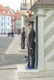 RIGA, LETONIA 11 DE JULIO DE 2017: guardia del honor en el castillo de Riga - residencia presidencial foto de archivo libre de regalías