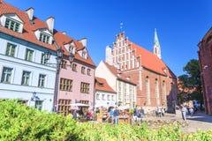 RIGA, LETONIA - 12 DE JUNIO DE 2017: Calles viejas de la ciudad La iglesia de St John es una iglesia luterana en Riga fotografía de archivo