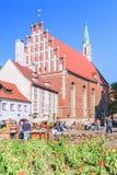 RIGA, LETONIA - 12 DE JUNIO DE 2017: Calles viejas de la ciudad La iglesia de St John es una iglesia luterana en Riga imagen de archivo