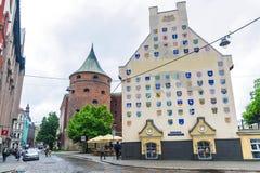 RIGA, LETONIA 12 DE JUNIO DE 2017: Las calles de la ciudad vieja de Riga La torre del polvo foto de archivo libre de regalías