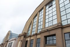 RIGA, LETONIA - 16 DE MARZO DE 2019: Mercado central de Riga exterior - diseño zeppeling industrial histórico del hangar fotografía de archivo
