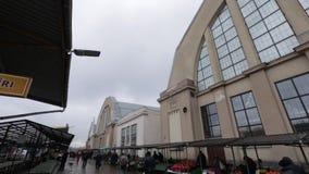 Riga, Letonia - 16 de marzo de 2019: Mercado central - hangares anteriores del zepelín - Rigas exterior Centraltirgus de Riga metrajes