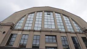 Riga, Letonia - 16 de marzo de 2019: Mercado central - hangares anteriores del zepelín - Rigas exterior Centraltirgus de Riga almacen de metraje de vídeo