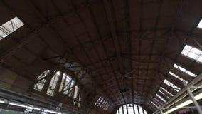 Riga, Letonia - 16 de marzo de 2019: Techo central del pabellón de la carne de venta de Riga - hangares anteriores del zepelín -  metrajes