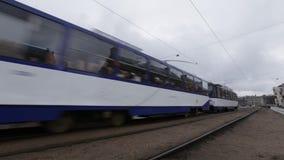 Riga, Letonia - 16 de marzo de 2019: Tranvía de Riga que pasa por el cuarto cercano del mercado central y de Spikeri metrajes