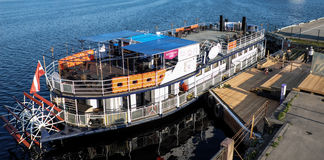 Riga, Letonia - 21 de mayo de 2016: Perla turística del barco de río del perle de Riga - de Rigas - con la rueda de paleta por el imagenes de archivo