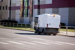 Riga, Letonia - 5 de mayo de 2017: Vehículo del barrendero que barre la calle Foto de archivo