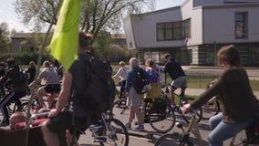 RIGA, LETONIA - 1 DE MAYO DE 2019: Desfile de la bicicleta el D?a del Trabajo con las familias y los amigos en el camino del espa almacen de video