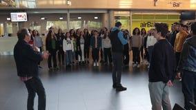 Riga, Letonia - 1 de mayo de 2019 la banda musical canta en el aeropuerto internacional almacen de metraje de vídeo