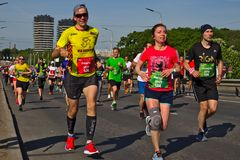Riga, Letonia - 19 de mayo de 2019: Var?n y corredores de marat?n femeninos agotados imagenes de archivo