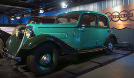 RIGA, LETONIA - 16 DE OCTUBRE: Coche retro del museo 1935 del motor de Wan Derer W240 Riga del año, el 16 de octubre de 2016 en R Fotos de archivo