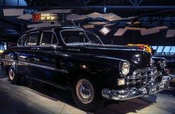 RIGA, LETONIA - 16 DE OCTUBRE: Coche retro del museo del motor del año 1956 GAZ ZIM 12 Riga, el 16 de octubre de 2016 en Riga, Le Fotos de archivo libres de regalías