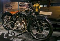 RIGA, LETONIA - 16 DE OCTUBRE: Motocicletas retras del museo del motor del año 1928 NSU 251R Riga, el 16 de octubre de 2016 en Ri Foto de archivo